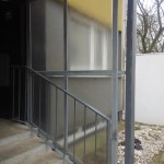 Rámové zasklení u vstupu do budovy